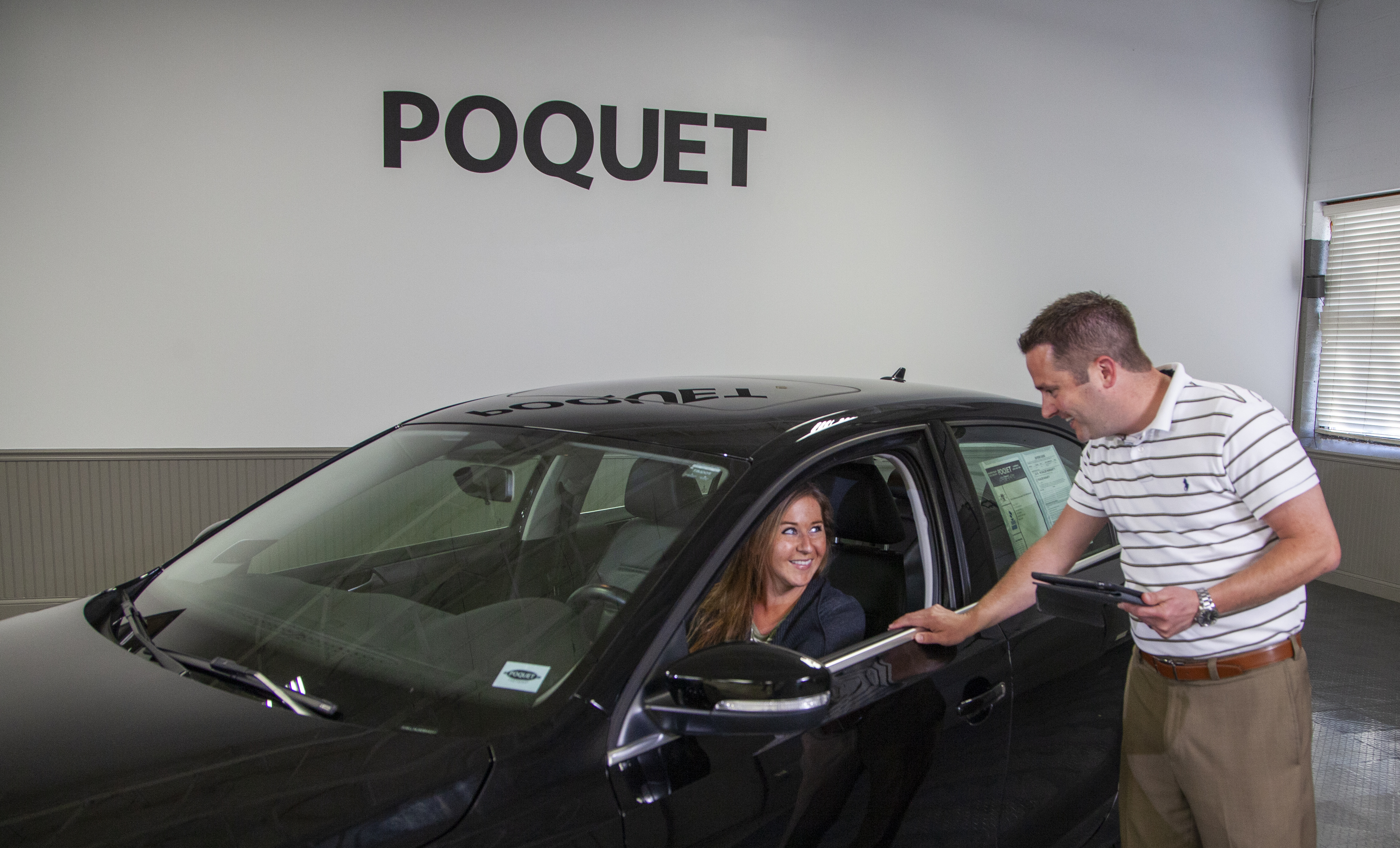 auto-dealer-selling-black-car-to-customer-poquet-2